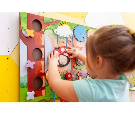 What should a busy board include and how each piece affect the fine motor skills?